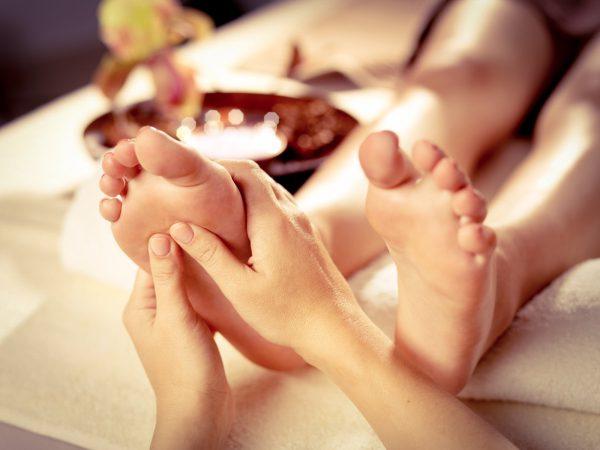 Die Thai-Aromaölmassage bewirkt tiefste Entspannung und sorgt für ein optimales Gleichgewicht zwischen Körper und Seele. Die Kombination aus sanften Massagetechniken, dem wohltuenden Aroma kostbarer Öle und der entspannenden Atmosphäre lassen Sie in eine Sphäre purer Harmonie eintauchen.